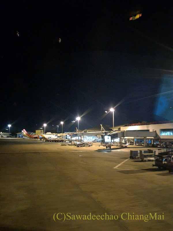 夜のチェンマイ空港の到着ゲート