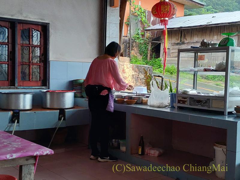 チェンラーイ県メーサローンの雲南麺餃館のキッチン