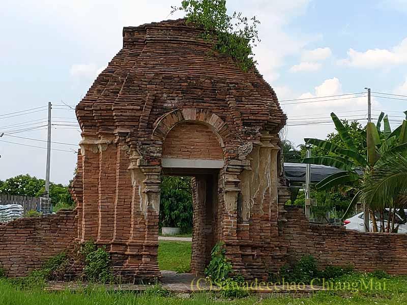 チェンマイの南隣の街にある廃寺ワットチャーンナムの楼門