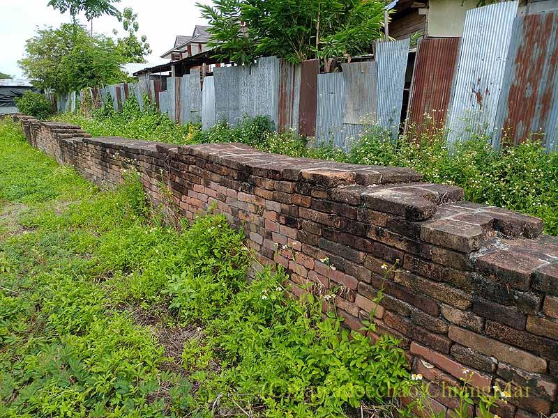 チェンマイの南隣の街にある廃寺ワットチャーンナムの塀