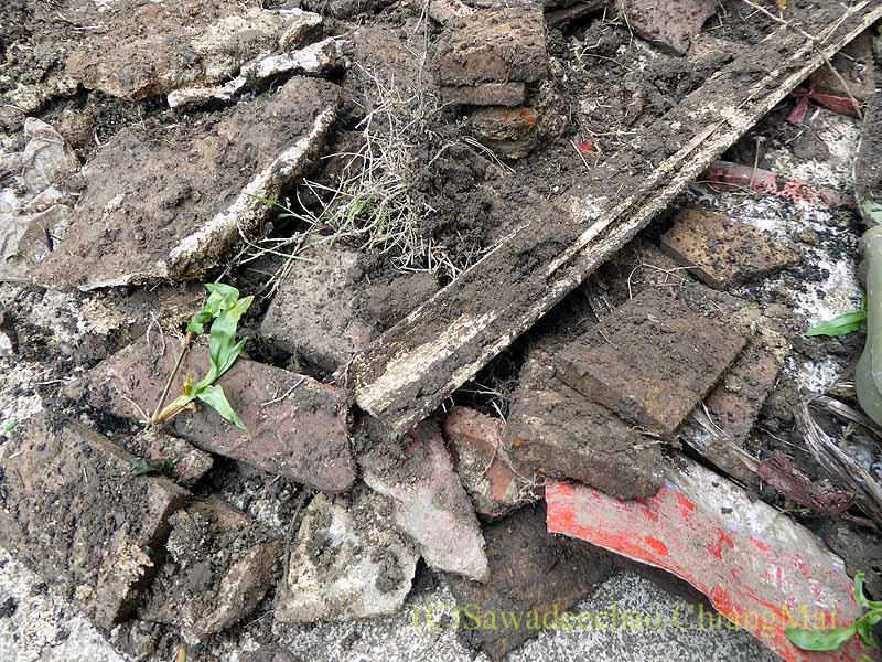 タイ北部の街チェンマイの自宅の庭から出た石やコンクリート