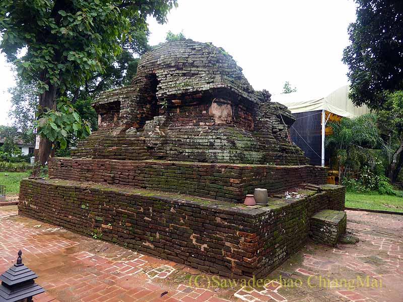 チェンセーンの寺院遺跡ワットプラタートチェディルアンの小仏塔