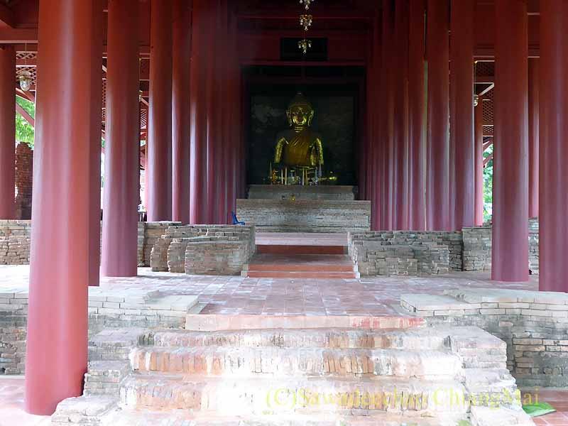 チェンセーンの寺院遺跡ワットプラタートチェディルアンの本尊