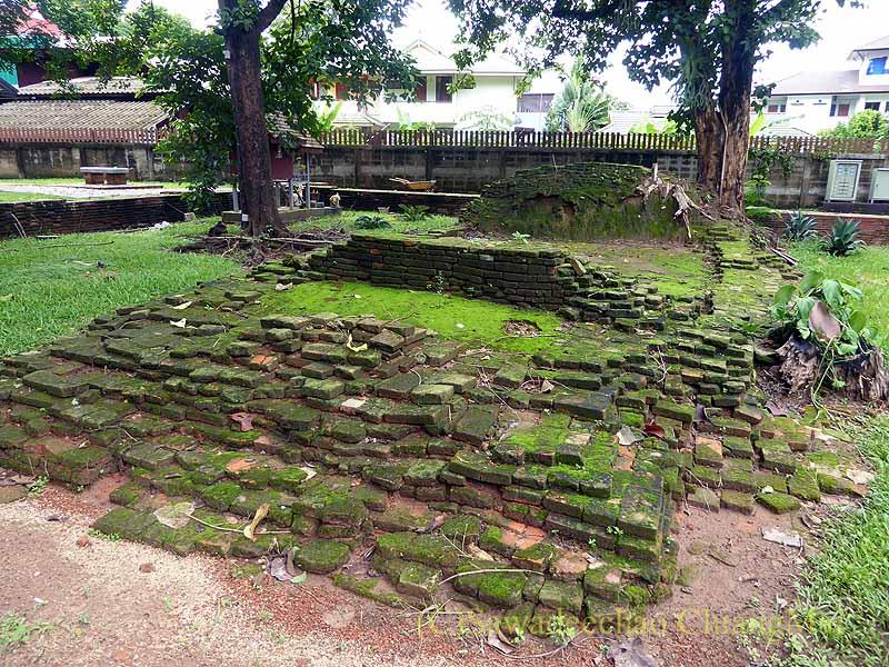 チェンセーンの寺院遺跡ワットプラタートチェディルアンの小仏塔の基壇