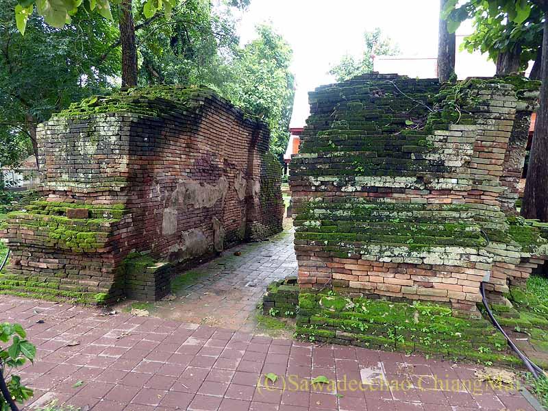 チェンセーンの寺院遺跡ワットプラタートチェディルアンの楼門