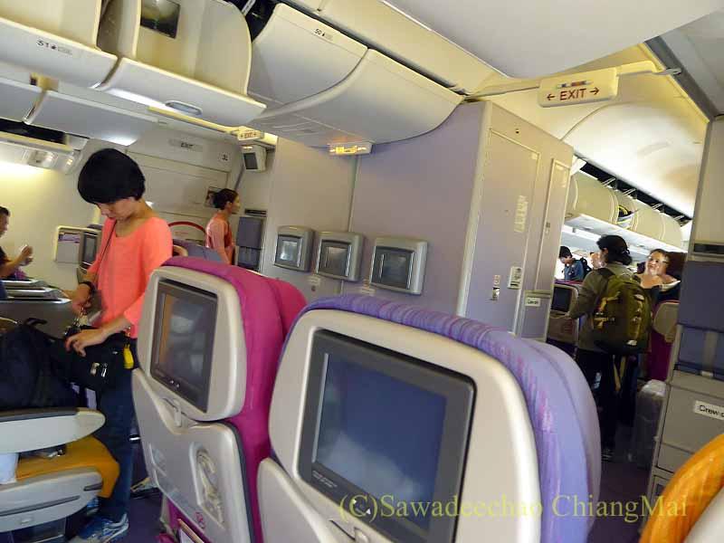 タイ国際航空TG319便のエコノミークラスのキャビン