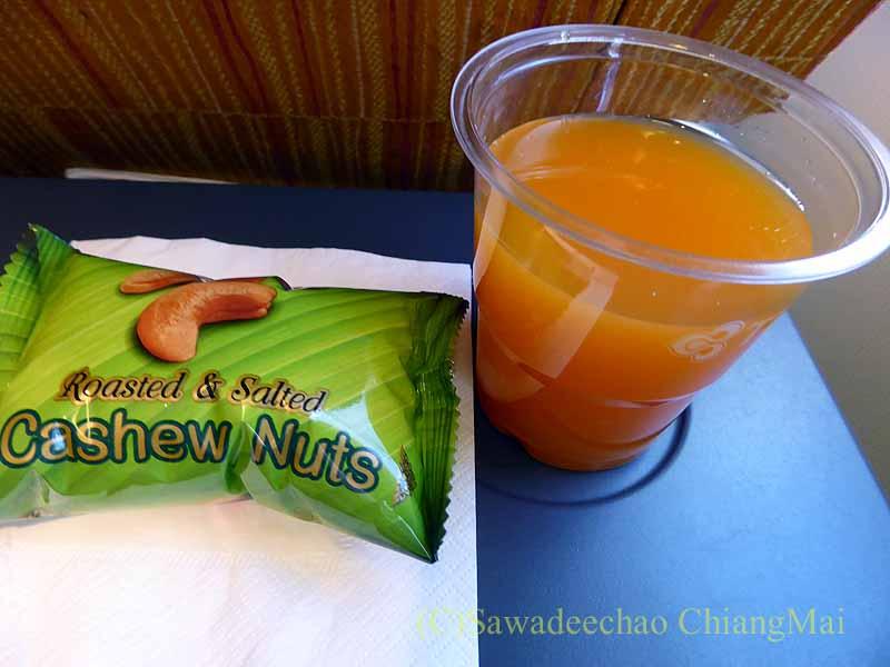 タイ国際航空TG319便で出たスナックとジュース