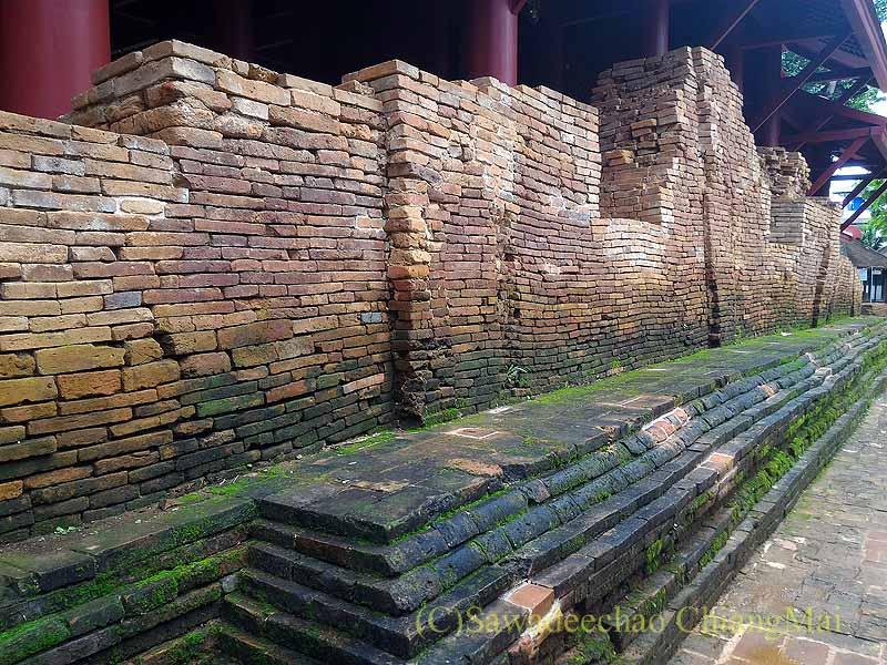 チェンセーンの寺院遺跡ワットプラタートチェディルアンの本堂の壁