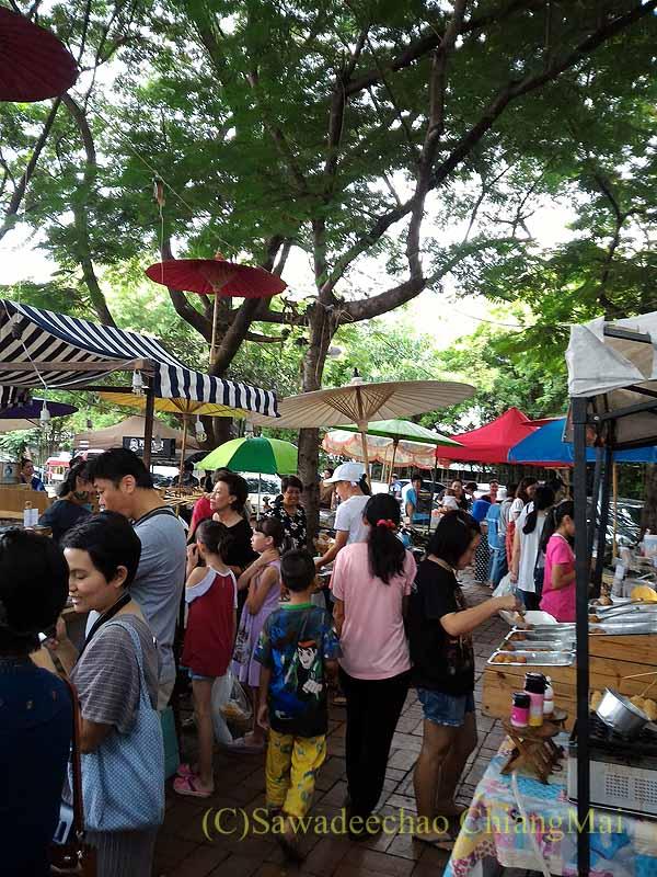 チェンマイのJJマーケット安全食品定期市のにぎわい