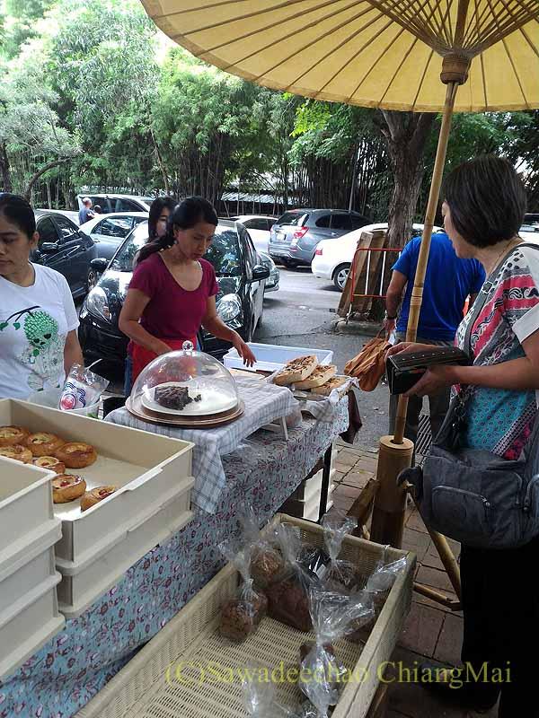 チェンマイのJJマーケット安全食品定期市のパン屋