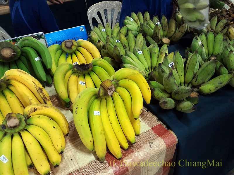 チェンマイのJJマーケット安全食品定期市のバナナ売り
