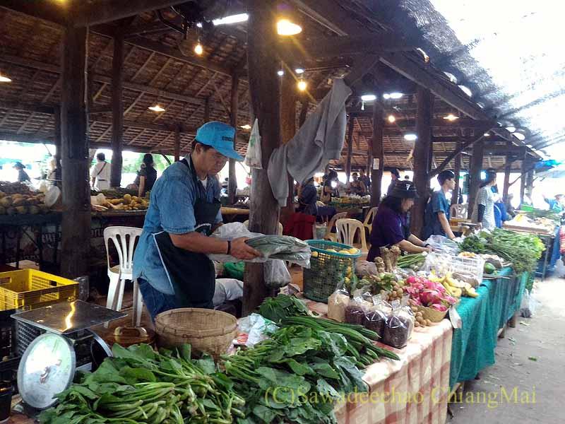 チェンマイのJJマーケット安全食品定期市の野菜売り