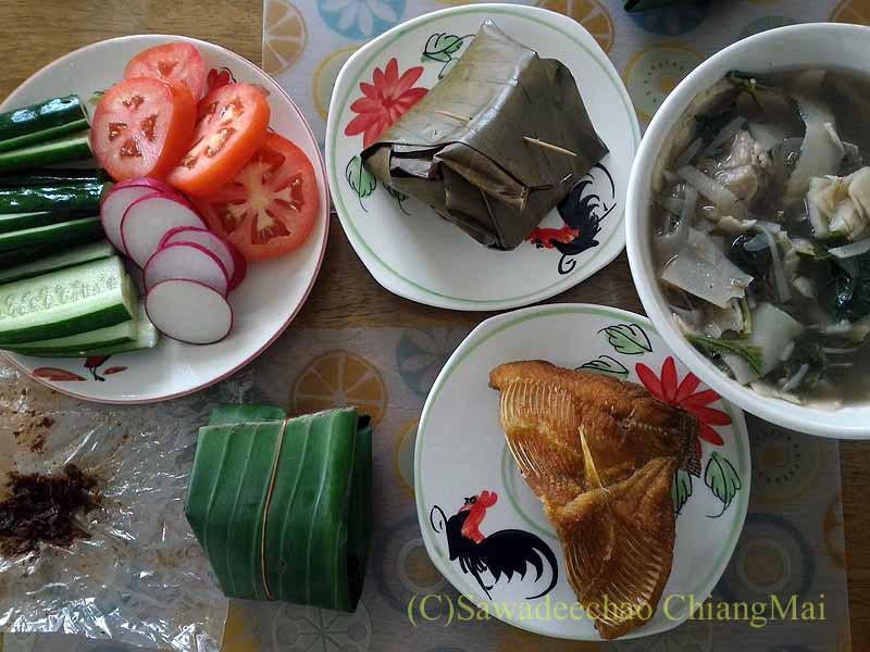 チェンマイのJJマーケット安全食品定期市で買ったブランチ