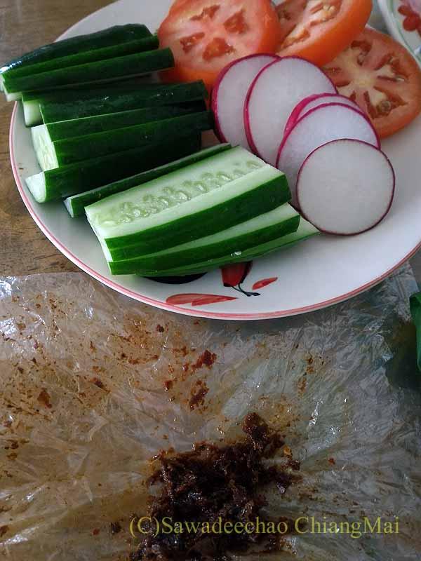 チェンマイのJJマーケット安全食品定期市で買った唐辛子味噌と生野菜