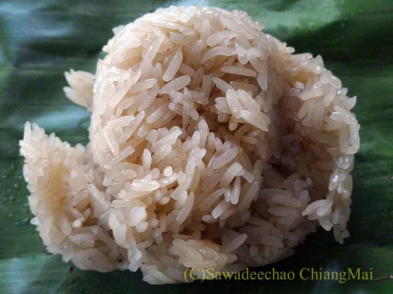チェンマイのJJマーケット安全食品定期市で買ったもち米の中身
