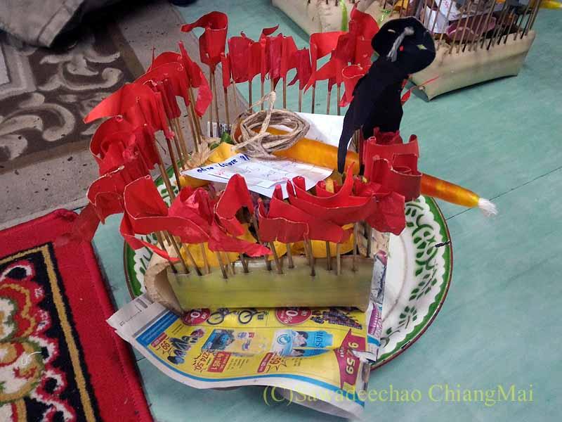 チェンマイの寺院での厄祓いの儀式の道具