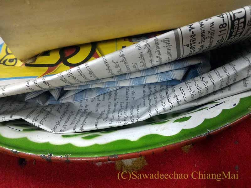 チェンマイの寺院での厄祓いの儀式で使う洋服
