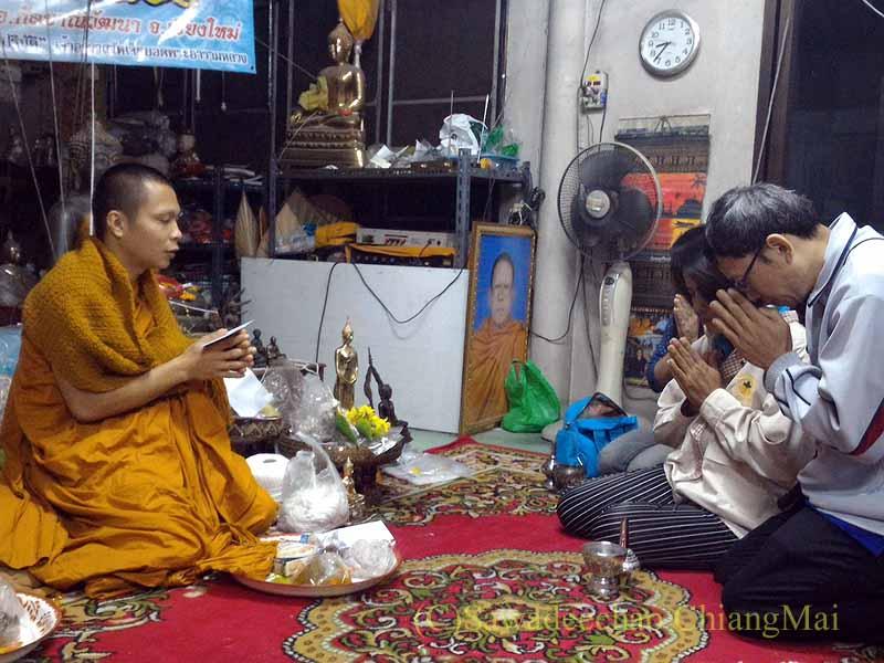 チェンマイの寺院での厄祓いの儀式での読経