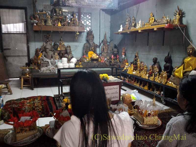 チェンマイのワットチェットヨートの僧院の部屋の物防