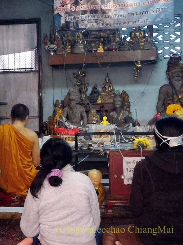 チェンマイの寺院での厄祓いの儀式での聖紐巻き