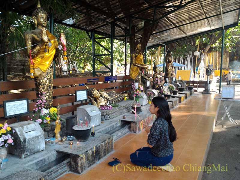 チェンマイのワットチェットヨートの仏堂でのお詣り