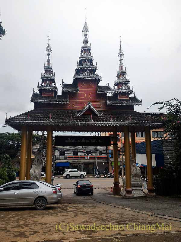 ゴールデントライアングルの寺院ワットプラタートプーカオの楼門